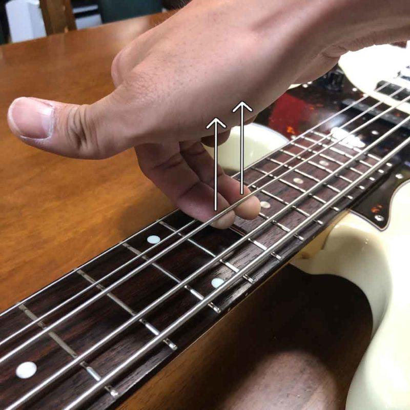 ストレッチで弦を全体的に伸ばしている画像
