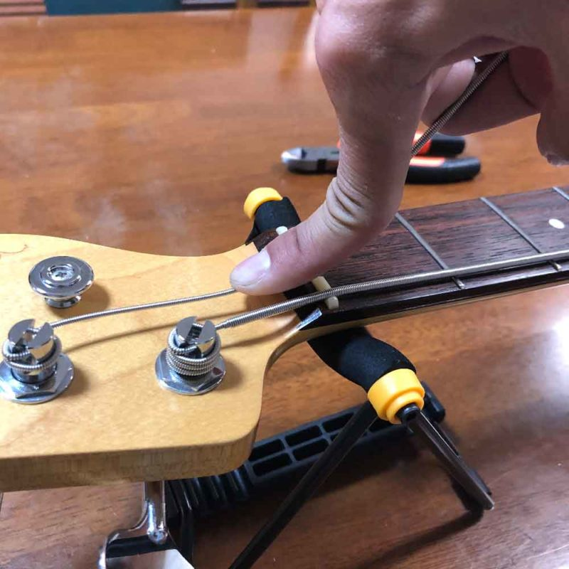 弦にテンションをかけながら巻いている画像