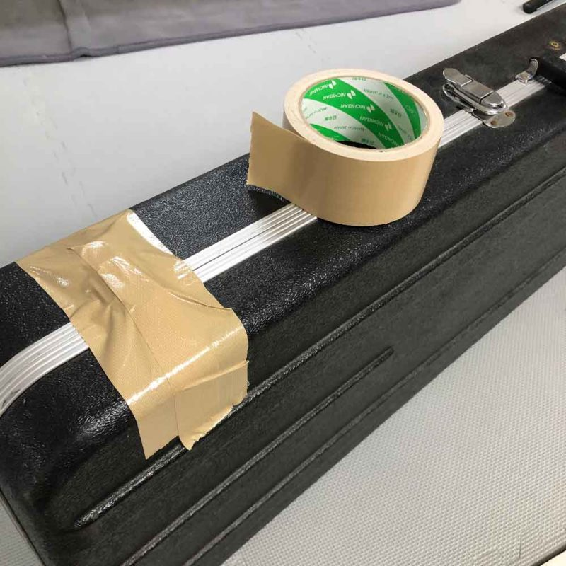 ハードケースの留め金を布テープで固定する画像