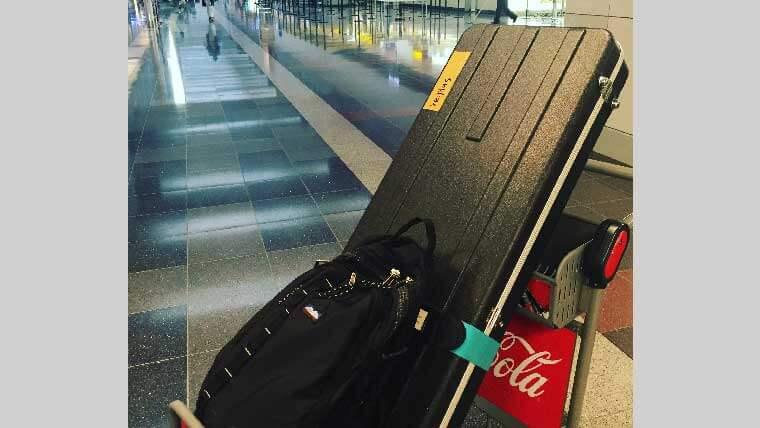 空港で荷物を運んでいるところの写真