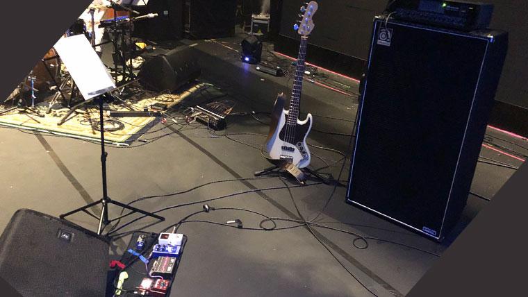 ステージの上のベースの立ち位置の画像